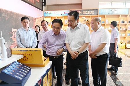 省委常委、省委统战部部长杨岳来乐天堂手机版客户端集团调研指导